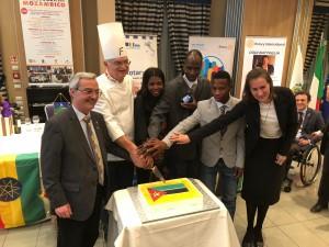 Taglio torta  con bandiera Mozambicana offerta da Gino Fabbri